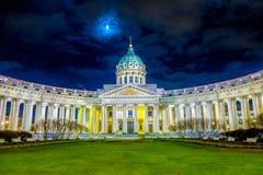 ST PETERSBURG RYSSLAND, 01 MAJ 2018: Härlig nattsikt av den Kazan domkyrkan i ortodox kyrka som byggs på Nevsky Royaltyfria Bilder