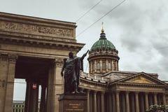 St Petersburg Ryssland, Maj 2019 Kazan domkyrka och monument av Kutuzov, sikt av den Kazan domkyrkan i regnigt väder arkivfoto