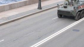 St Petersburg Ryssland, Maj 8, 2019, militär utrustning på repetitionen av ståtar i heder av Victory Day på Maj 9 lager videofilmer