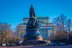 ST PETERSBURG RYSSLAND, 01 MAJ 2018: Monumentet till Catherine The Great på den Ostrovsky fyrkanten, monument göras av 3.100 Royaltyfri Foto