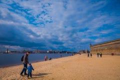 ST PETERSBURG RYSSLAND, 17 MAJ 2018: Oidentifierat folk som går över den gula sanden i stranden av Peter och Paul Royaltyfri Foto