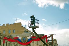 St Petersburg Ryssland - Maj 9, 2017: Operatören med en videokamera skjuter processionen av det odödliga regementet arkivbild