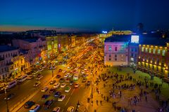 ST PETERSBURG RYSSLAND, 02 MAJ 2018: Ovanför sikt av den Nevsky avenyn med oidentifierat folk som går i gatorna av Arkivfoto