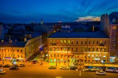 ST PETERSBURG RYSSLAND, 01 MAJ 2018: Ovanför sikt av någon turist som går i den Nevsky avenyn med en ursnygg solnedgång in Royaltyfri Bild
