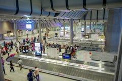 ST PETERSBURG RYSSLAND, 01 MAJ 2018: Ovanför sikt av oidentifierade passagerare vänta på bagage på den Pulkovo flygplatsen i 2013 Royaltyfri Foto