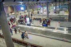 ST PETERSBURG RYSSLAND, 01 MAJ 2018: Ovanför sikt av oidentifierade passagerare vänta på bagage på den Pulkovo flygplatsen i 2013 Royaltyfri Bild