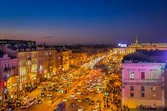 ST PETERSBURG RYSSLAND, 01 MAJ 2018: Ovanför sikt av trafik i gatorna och folkmassan av folk som går i Nevskyen Royaltyfria Bilder
