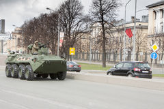ST PETERSBURG RYSSLAND - MAJ 09: passera av militär utrustning efter ståta på stadsgator, RYSSLAND - MAJ 09 2017 I Ryssland in Arkivbild