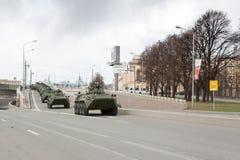 ST PETERSBURG RYSSLAND - MAJ 09: passera av militär utrustning efter ståta på stadsgator, RYSSLAND - MAJ 09 2017 I Ryssland in Royaltyfri Foto