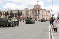 ST PETERSBURG RYSSLAND - MAJ 09: passera av militär utrustning efter ståta på stadsgator, RYSSLAND - MAJ 09 2017 I Ryssland in Royaltyfri Fotografi