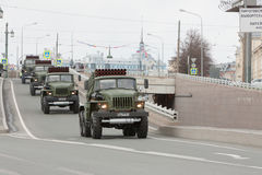 ST PETERSBURG RYSSLAND - MAJ 09: passera av militär utrustning efter ståta på stadsgator, RYSSLAND - MAJ 09 2017 I Ryssland in Royaltyfria Foton