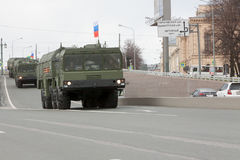 ST PETERSBURG RYSSLAND - MAJ 09: passera av militär utrustning efter ståta på stadsgator, RYSSLAND - MAJ 09 2017 I Ryssland in Fotografering för Bildbyråer