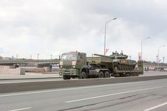 ST PETERSBURG RYSSLAND - MAJ 09: passera av militär utrustning efter ståta på stadsgator, RYSSLAND - MAJ 09 2017 I Ryssland in Royaltyfria Bilder