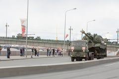 ST PETERSBURG RYSSLAND - MAJ 09: passera av militär utrustning efter ståta på stadsgator, RYSSLAND - MAJ 09 2017 I Ryssland in Arkivbilder