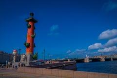 ST PETERSBURG RYSSLAND, 01 MAJ 2018: Sikt av rostral kolonner i det historiska centret av St Petersburg som är populärt Royaltyfri Bild