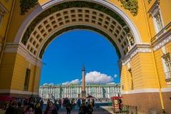 ST PETERSBURG RYSSLAND, 01 MAJ 2018: Sikt av slottfyrkanten till och med båge av byggnad för allmän personal i St Petersburg Royaltyfri Bild