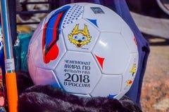 ST PETERSBURG RYSSLAND, 02 MAJ 2018: Slut upp av den selektiva fokusen av den officiella bollen av världscupen 2018 med a Arkivbild