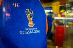 ST PETERSBURG RYSSLAND, 02 MAJ 2018: Stäng sig upp av officiell logo av FIFA som världscupen 2018 i Ryssland skrivev ut på en blå Royaltyfri Fotografi