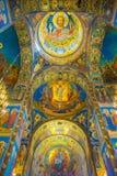 ST PETERSBURG RYSSLAND, 02 MAJ 2018: Takmosaik i domkyrkan av uppståndelsen av Kristus på blodet av Arkivbild