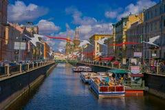 ST PETERSBURG RYSSLAND, 02 MAJ 2018: Turist- fartyg som svävar på omge för Moyka flod av byggnader som tilldrar Royaltyfri Foto
