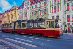ST PETERSBURG RYSSLAND, 02 MAJ 2018: Ursnygg utomhus- sikt av en gammal trådbussritt längs Nevsky Prospekt i Arkivbild