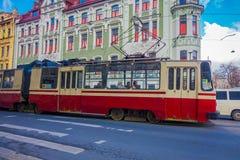 ST PETERSBURG RYSSLAND, 02 MAJ 2018: Ursnygg utomhus- sikt av en gammal trådbussritt längs Nevsky Prospekt i Fotografering för Bildbyråer