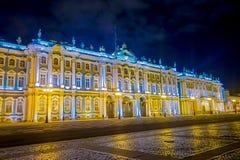 ST PETERSBURG RYSSLAND, 02 MAJ 2018: Utomhus- sikt av den St Petersburg för vinterslotteremitboning staden vid natt Arkivbild
