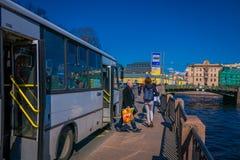 ST PETERSBURG RYSSLAND, 02 MAJ 2018: Utomhus- sikt av den offentliga lokala bussen för busstransport som är rörande framåtriktat  Royaltyfri Foto