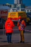 ST PETERSBURG RYSSLAND, 01 MAJ 2018: Utomhus- sikt av oidentifierade tonåringar som bär ett skriftligt orange omslag orden Royaltyfria Bilder