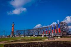 ST PETERSBURG RYSSLAND, 01 MAJ 2018: Utomhus- sikt av Vasilyevsky Island och utbytesbyggnad på som spottas med Rastral Royaltyfri Bild