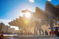 ST PETERSBURG RYSSLAND - MARS 17, 2016: Pionerskaya tunnelbanastation Ingångsentré på tunnelbanan Monumentet till Royaltyfria Bilder