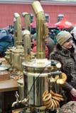 St Petersburg Ryssland, mars 10, 2019 Roligt traditionellt vinteravsked, ryskt te från samovar, donuts, baglar och pannkakor royaltyfria bilder