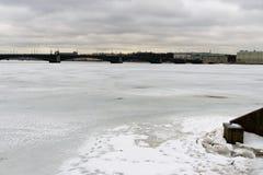 St Petersburg Ryssland, mars 10, 2019 Sikt av Neva River, bron och den centrala delen av staden royaltyfri bild