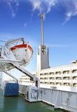 ST PETERSBURG RYSSLAND - MARS 16, 2013: Sikten från golfen av Finland täckte med is på St Petersburg hamnstad och en livräddnings Royaltyfri Fotografi
