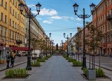 ST PETERSBURG RYSSLAND: Monumentet till N V Gogol på den Malaya Konyushennaya gatan St Petersburg Arkivbild