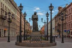 ST PETERSBURG RYSSLAND: Monumentet till N V Gogol på den Malaya Konyushennaya gatan St Petersburg Arkivfoton