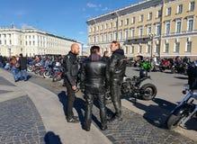 St Petersburg Ryssland - 09 29 2018: Motofestival på slottfyrkanten, stänga sig av den motoriska säsongen royaltyfria foton