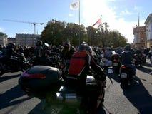 St Petersburg Ryssland - 09 29 2018: Motofestival på slottfyrkanten, stänga sig av den motoriska säsongen royaltyfri bild
