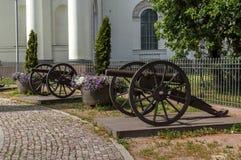 ST PETERSBURG RYSSLAND near turkiska kanoner Treenighetdomkyrkan St Petersburg, Ryssland på Januari 23,2014 I 1929 såldes kanoner Arkivfoton
