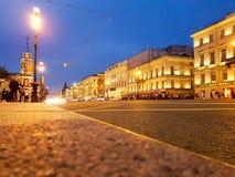 ST PETERSBURG RYSSLAND: Nevsky prospekt p? natttimelen i Stet Petersburg, Ryssland p? Juli 11, 2018 arkivbild
