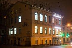 ST PETERSBURG RYSSLAND - NOVEMBER 03, 2014: Gammal byggnad på natten i mitten St Petersburg Royaltyfria Bilder