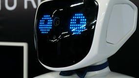 St Petersburg Ryssland - November 12, 2018: Ståenden av en gullig humanoid robot, huvud uttrycker olika sinnesrörelser tätt lager videofilmer