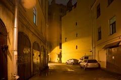 ST PETERSBURG RYSSLAND - NOVEMBER 03, 2014: Typisk gammal peter borggård med sjaskiga väggar av byggnader i det Petrograd området Royaltyfri Bild
