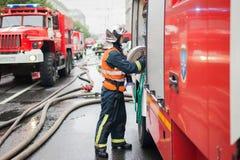 St Petersburg Ryssland, på morgonen av September 13, 2017 Brandmän släcker en stor brand på taket av a royaltyfri fotografi