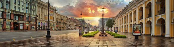 St Petersburg Ryssland - 16 panorama för SEPT 2017 av gryning över Royaltyfri Bild