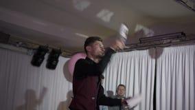 ST PETERSBURG RYSSLAND, SEPTEMBER 16, 2016: Bartendershowkonstnär arkivfilmer
