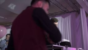 ST PETERSBURG RYSSLAND, SEPTEMBER 16, 2016: Bartendershowkonstnär lager videofilmer