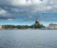 St Petersburg Ryssland September 08, 2016: Domkyrka för ` s för St Isaac från invallningen av floden Neva i St Petersburg, Ryssla Arkivbilder