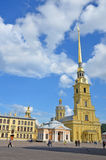 St Petersburg Ryssland - September 2, 2013: Domkyrkan av helgon Peter och Paul inom fästning Arkivfoton
