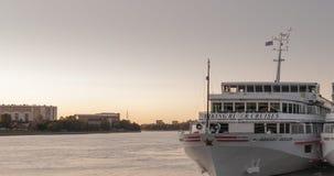 St Petersburg Ryssland - September 5, 2017: Förtöjt på pir av vita turist- skepp Royaltyfria Foton